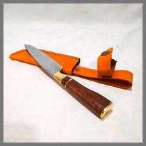 Cuchillo embutido en madera, con botón y tope de bronce.