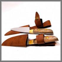 Cuchillo encabado en madera con cachas, remaches y botón de bronce.